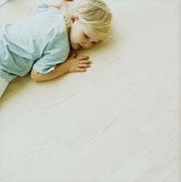 床に寝転ぶ女の子