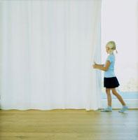 カーテンをあける女の子