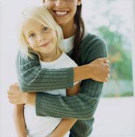 母に抱かれる外国人の女の子