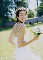 振り向くウェデングドレスの花嫁