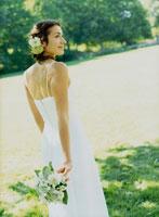 ブーケを持つウェデングドレスの花嫁