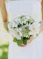 ブーケを抱える花嫁の手元