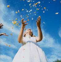 フラワーシャワーと女の子と青空