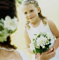 ブーケを持つゲストの女の子と花嫁