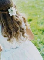 白いドレスの少女の後姿