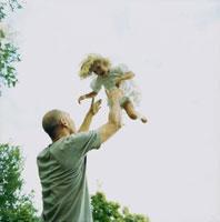 たかいたかいをするお父さんと子供 20010001509| 写真素材・ストックフォト・画像・イラスト素材|アマナイメージズ