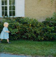 家の前を歩く外国人女の子
