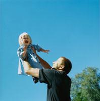 たかいたかいをするお父さんと子供 20010001518| 写真素材・ストックフォト・画像・イラスト素材|アマナイメージズ