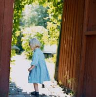 庭の門と外国人女の子