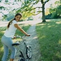 自転車を持ち振り向く外国人女性
