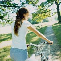 自転車と外国人女性
