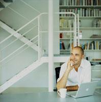 ノートパソコンの前の外国人男性笑顔
