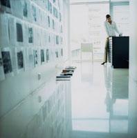 オフィスで本を読む外国人女性