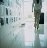 オフィスの中を歩く女性後姿