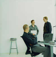 オフィスで談笑する外国人男性3人