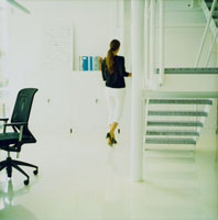 オフィスの中を歩く外国人女性後姿
