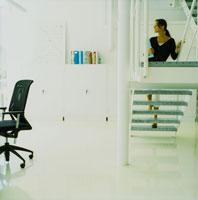 オフィスの階段を上る外国人女性横顔