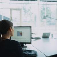パソコンと外国人女性後姿 20010001546| 写真素材・ストックフォト・画像・イラスト素材|アマナイメージズ