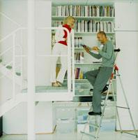 本棚の前の外国人カップル