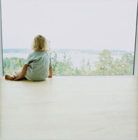 窓の外を眺める外国人女の子の後姿