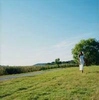 草原を歩く外国人女性
