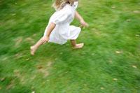 庭を走る外国人女の子