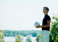 サッカーボールを持つ外国人男性 20010001576A| 写真素材・ストックフォト・画像・イラスト素材|アマナイメージズ