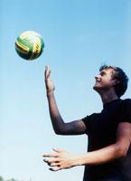 サッカーボールを持つ外国人男性