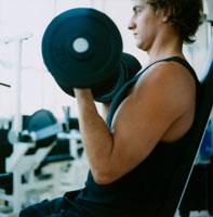 ジムでウェイトトレーニングをする男性 20010001584| 写真素材・ストックフォト・画像・イラスト素材|アマナイメージズ