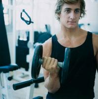 ジムでウェイトトレーニングをする男性
