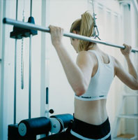 ジムでトレーニングする外国人女性