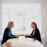 テーブルで向かい合う外国人カップル 20010001600| 写真素材・ストックフォト・画像・イラスト素材|アマナイメージズ