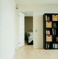 本棚と扉の向こうのベッドルーム