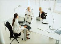 オフィスの男女3人