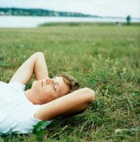 芝生に横になる外国人男性 20010001642| 写真素材・ストックフォト・画像・イラスト素材|アマナイメージズ