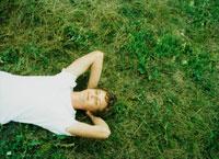 芝生に横になる外国人男性