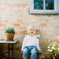 イスに座る女の子