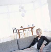 ソファに座る外国人女性