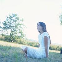 草原に座る外国人女性