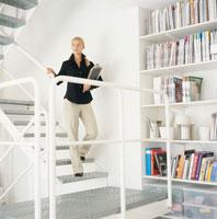 階段を下りる外国人女性