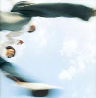 飛ぶ超えるカップルローアングルと空