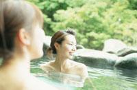 新緑の露天風呂に入る女性2人
