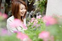 フラワーショップの花を見る女性