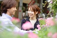 フラワーショップの花とカップル
