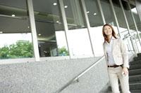 階段を下りるビジネス女性