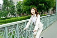 自転車に乗るビジネス女性