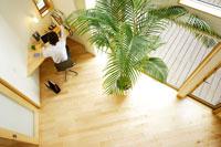 ホームオフィスでデスクに向かう男性俯瞰