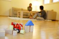 リビングの床のおもちゃとカップル