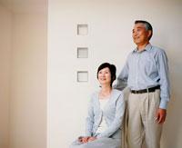 室内の中高年夫婦