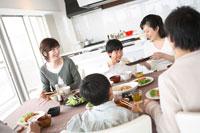 朝食を食べる三世代ファミリー